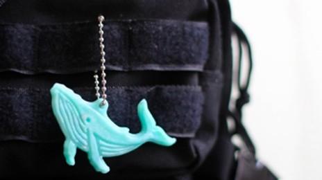 플라스틱을 새활용해 만든 고래 고리와 윷놀이 세트