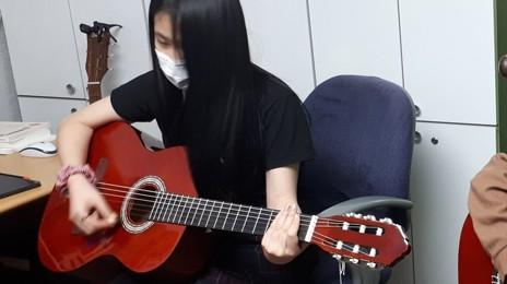 """""""선생님 저희도 기타를 계속 배워보고 싶어요"""""""